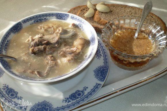 Отдельно подают соль, и чесночный соус. При подаче каждый добавляет в свою тарелку соль и чесночный соус,по вкусу.