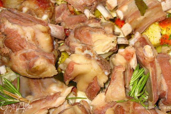 Все очень просто: бараньи ребра разделить на порционные куски и отварить в небольшом количестве воды с морской солью, черным перцем и лаврушкой. Варить минут 30 на среднем огне.
