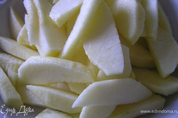 Яблоки очистить от кожуры, вырезать сердцевину, нарезать кусочками.