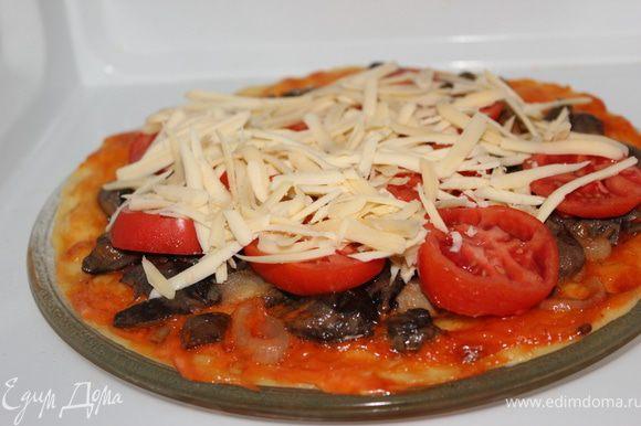 После на них уложила разрезанные кружками помидорки и сверху обсыпала тертым твердым сыром. И еще поставила на 3 минуты готовиться при полной мощности. Вот и все пицца №2 готова!!!)