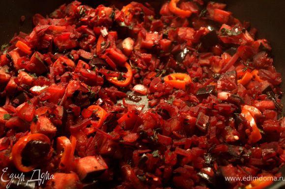 На оливковом масле (1-2 ст.л.) обжариваем лук, когда подзолотится, добавляем все остальные овощи. Обжариваем минуты 4, солим, перчим, накрываем крышкой, оставляем томиться минут 5. Присыпаем тимьяном, тмином и базиликом. Перемешиваем.