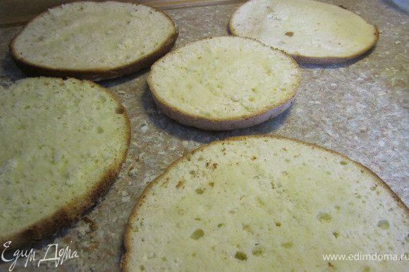 Приготовить бисквит по рецепту http://www.edimdoma.ru/recipes/20733 . Разрезать на 4ре коржа.