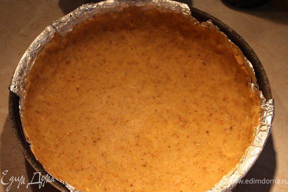 Достать тесто, раскатать, положить в разъемную форму, чтобы получились высокие бортики ( у меня была только сковорода , поэтому вниз положена фольга, чтобы легко достать готовый пирог).