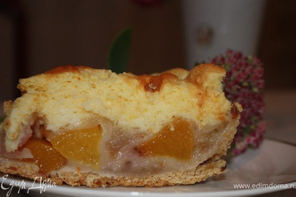 Поставить в духовку еще на 15 минут, чтобы суфле зарумянилось. Достать пирог.И теперь самое трудное)) Нужно дождаться, чтобы пирог полностью остыл и поставить на несколько часов в холодильник. Если разрезать теплым - начинка вытечет, а в охлажденном виде - фрукты будут в легком желе. Приятного аппетита!