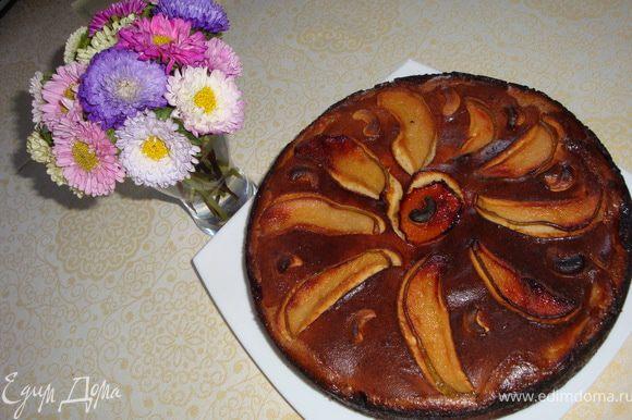 Даем пирогу полностью остыть (я пекла его поздно вечером и оставила до утра). Проводим ножом по краю формы и вынимаем пирог. Наливаем чай-кофе и наслаждаемся!
