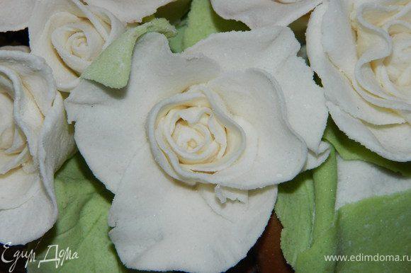 На этот торт мне понадобилась 35 белых больших роз, 3 средних шоколадных, 2 белые маленькие.