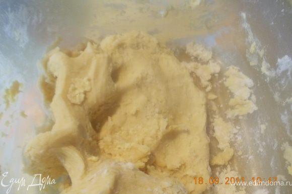 В другой ёмкости смешиваем масло и часть муки (2 стакана)