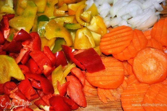 Лук порезать кубиками, морковь кружочками, перец крупными кубиками.