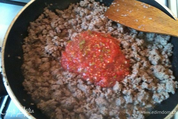 Добавить полученное овощное пюре к фаршу и продолжать обжаривать.