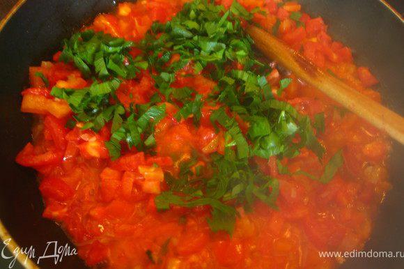 Наливаем в сковороду оливковое масло и в течении 1 минуты обжариваем лук и чеснок. Добавляем сладкий перец и помидоры. Тушим под закрытой крышкой 5 минут. Добавляем мелко нарезанный сельдерей. Соус готов.