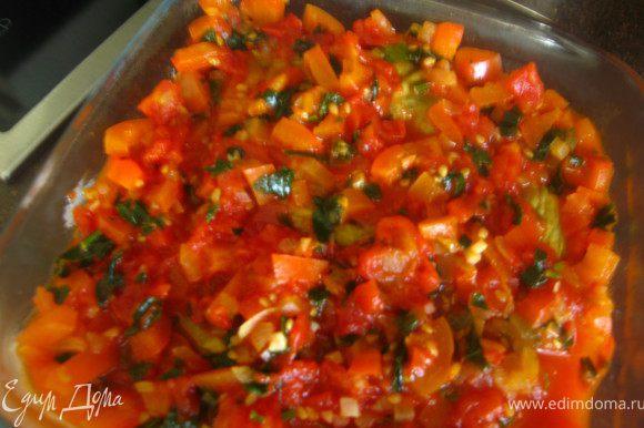 Уложить в форму разрезами вниз. Залить соусом и поставить в разогретую духовку (190гр)на 35-40 минут.