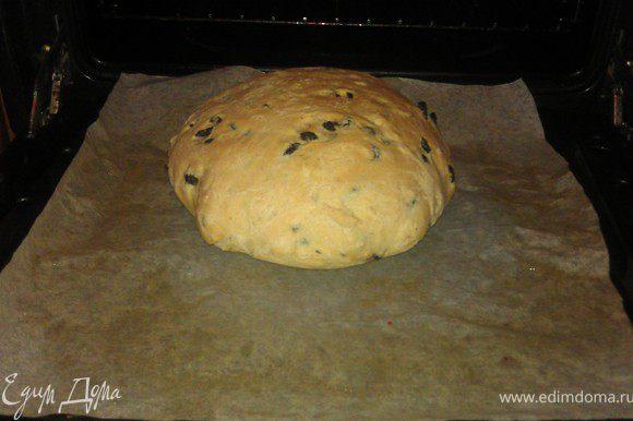 Готовый хлеб вынуть из духовки, верх смазать маслом, накрыть тканевой салфеткой, дать остыть.