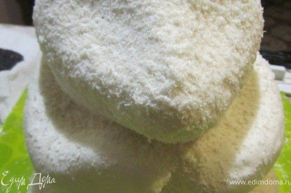 На тортики сделать тонкие линии или визуально обозначить где будут черные пятна. Нанести белый айсинг, с помощь. мочалки на белые части. Притрусить кокосовой стружкой.