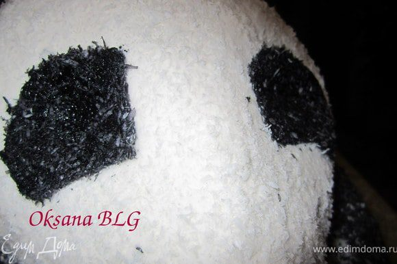 Из мастики вырезать пятнышки на мордочку, покрыть черным айсингом и кокосовой стружкой, прикрепить на мордочку.