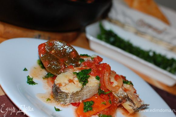 Выложите готовую рыбу на блюдо и заправьте получившимся соусом. Все! Приятного аппетита!