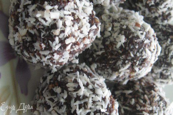 Из полученной массы сформировать шарики и обвалять в кокосовой стружке. У меня получилось 18 довольно крупненьких шарика)