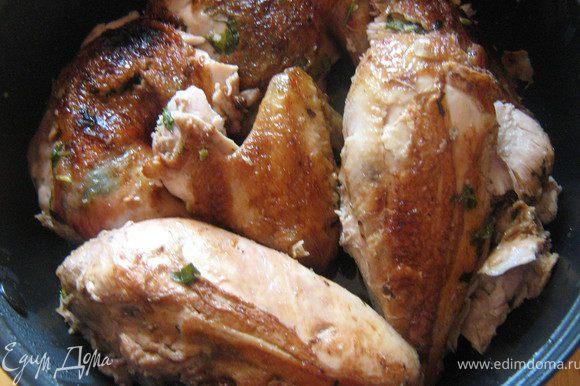 Курицу разрезать по грудке. Смешать вместе сливочное масло, зелёный лук, чеснок, петрушку,цедру, соль и перец. Аккуратно распределить смесь под куриной кожей по всей курице. Нагреть оливковое масло на сковороде, положить курицу и обжарить до золотистого цвета, около 3-х минут с каждой стороны Обжаренную курицу переложить на противень. Смешать вместе уксус, сахар и клюквенный сок в небольшой кастрюльке. Поставить на средний огонь и довести до кипения. Убавить огонь и готовить глазурь еще 15 минут, до состояния сиропа. Духовку нагреть до 200 градусов. Смазать курицу растопленным сливочным маслом и запекать 10 минут. Затем смазать глазурью и запекать еще 20-25 минут. Готовую курицу порезать на порционные куски.
