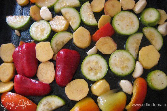 Перец, кабачки и картофель вымыть,перец и картофель очистить,нарезать овощи произвольно. Положить овощи на противень, сбрызнуть оливковым маслом, посолить и поперчить. Запекать вместе с крем-брюле из тыквы.