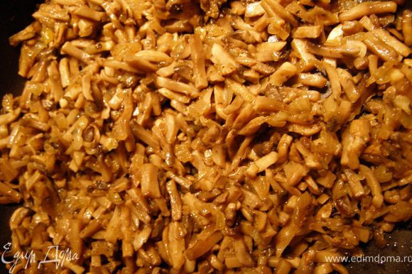 Грибы порезать мелкими брусочками, лук мелким кубиком. Обжарить на раскалённом масле (2 ст.л.) сначала лук до золотистого оттенка, затем добавить грибы и обжаривать до выпаривания жидкости, добавив специи и, посолив в конце обжарки.