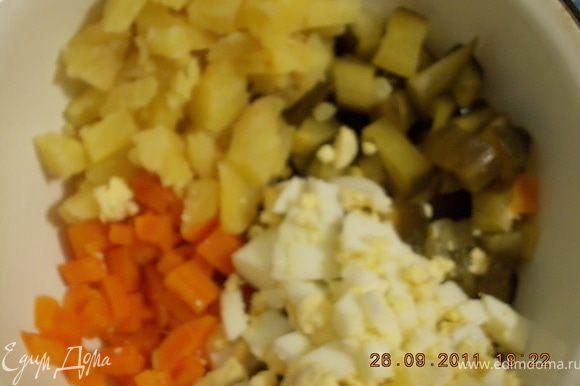 огурцы ,картофель,морковь,яйца нарезать мелкими кубиками