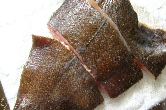 Рыбу почистить, вымыть, разрезать на порционные куски, уложить в форму для запекания. Посолить, поперчить (по вкусу)и полить соком лимона.