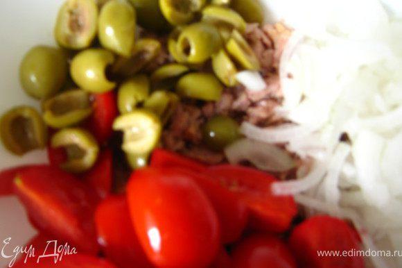 Добавляем помидоры, оливки, лук.