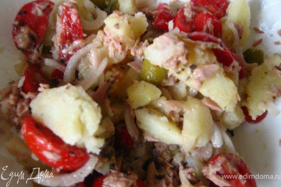 Режем картофель и отправляем туда же. Заправили соусом. Салат готов! Сервирую я салат на листьях рукколы, но это совершенно не обязательно. Ориентируйтесь на свой вкус.