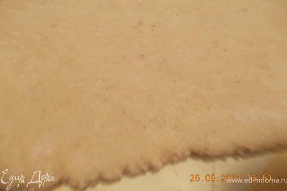 затем раскатать тесто толщиной 5-7 мм, не тоньше