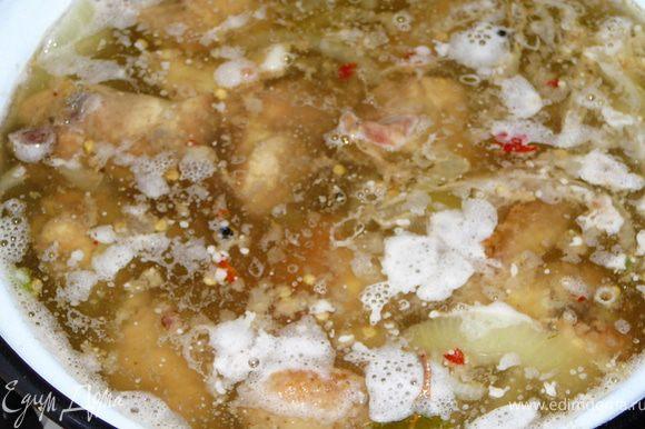 Теперь в кипящий на медленном огне маринад добавляем уже готовую курочку и сок образовавшийся после жарки курицы.Даем закипеть,снимаем пену если такова есть.