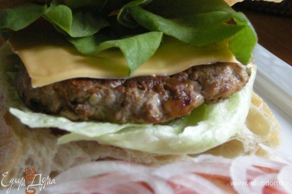 """""""Сборка"""" : Чабату нарезать на порционные куски, сделать надрез посередине, низ хлеба смазать кетчупом, положить салат, сверху гамбургер, на него пластинку сыра, плюс лук и помидор. Остается открыть большой рот :))"""
