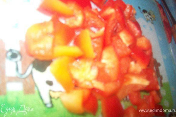 режем красный болгарский перец кубиком