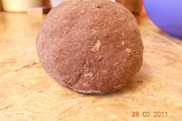Просеять в миску муку и какао, сделать углубление, разбить в него яйцо, добавить масло. Взбивать вилкой, захватывая понемногу муку; добавить 2 ст. л. воды, продолжать размешивать. Вымесить тесто, накрыть влажным полотенцем, оставить на 30 мин.