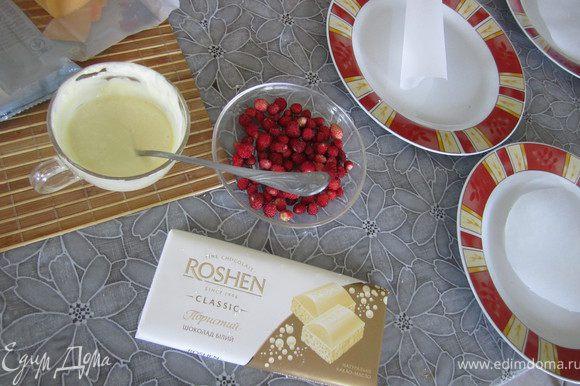 9. Растопить белый шоколад. Приготовить землянику. Отобрать самую красивую на верхний лист (2 внутрь и один на верх)