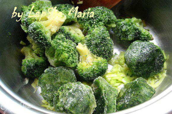 Добавить шпинат, брокколи и 300 мл. воды.