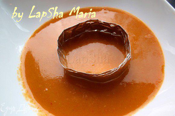 На тарелку выкладываем сначало несколько половников чечевичного супчика. Затем из фольги сделать плотное кольцо и положить в центр тарелки чуть придавив.