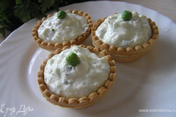 разложить по тарталеткам. Верхушку можно украсить листиками мяты или зеленым горошком и сразу подавать к столу! Приятного аппетита! :)