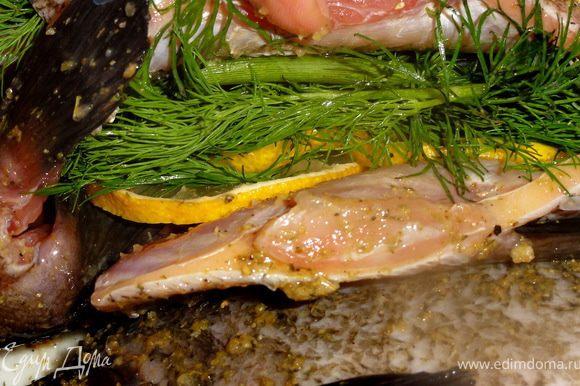 Подготовленную рыбу посолить, добавить лимонной приправы для рыбы.В брюшко кладем дольку лимона и веточку укропа. Оставляем на пол часа.