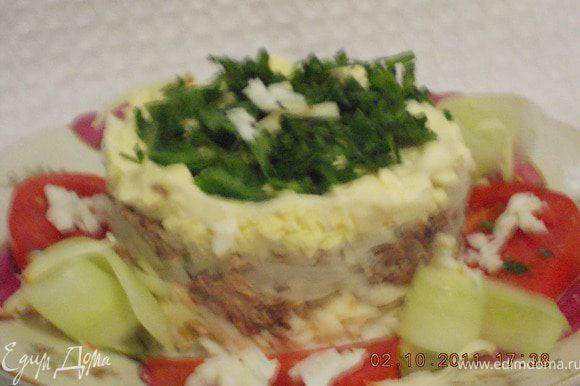 выложить салат слоями ,покрывая каждый слой майонезом ; 1-белки 2-колбасный сыр 3-1/2часть сайры 4-лук 1/2 часть 5-сайра 6-желтки 7-лук 8-зелень петрушки
