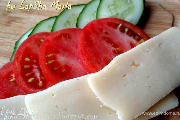 Нарежем ломтиками овощи и сыр.