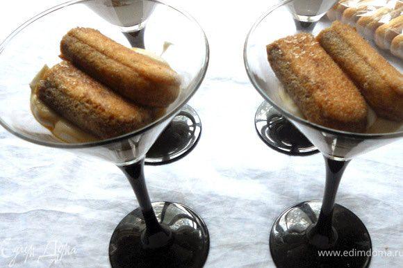 Савоярди обмакнуть в кофе и выложить поверх крема.
