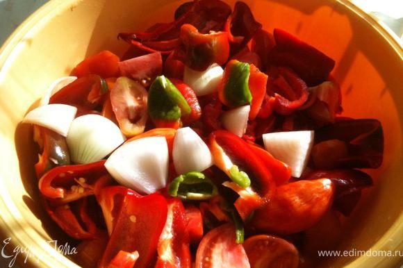 Все овощи порезать крупными кусками.