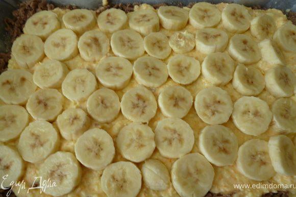 На слой теста наносим сначала творожную начинку,а затем сверху выкладываем кружочки банана.