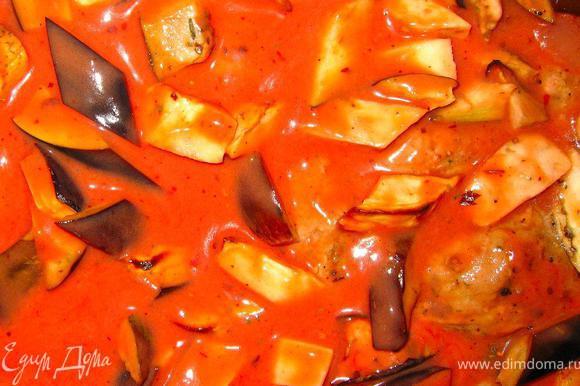 Отправляем противень в духовку минут на 15-20. Пока делаем заправку. В протертые томаты добавить соль, чили, черный перец, чеснок и 100мл нежирных сливок и перемешать. Достать противень из духовки, и равномерно пролить наши полпеттини соусом.