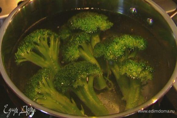 Брокколи опустить в кипящую подсоленную воду и варить 5 минут, затем воду слить и сохранить, а брокколи, если соцветия крупные, порезать.