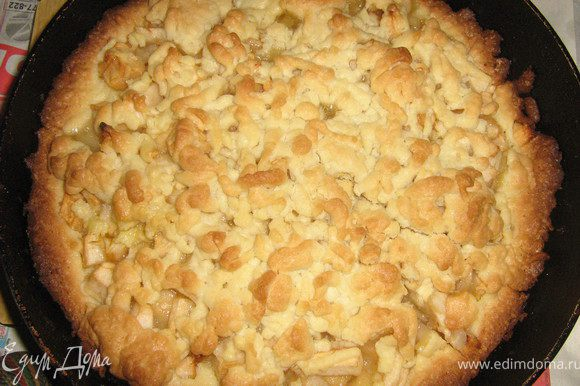 Тесто на крошку достать из морозилки, натереть на терке и выложить на яблоки. Выпекать при 200 градусах 40 минут) Приятного аппетита!
