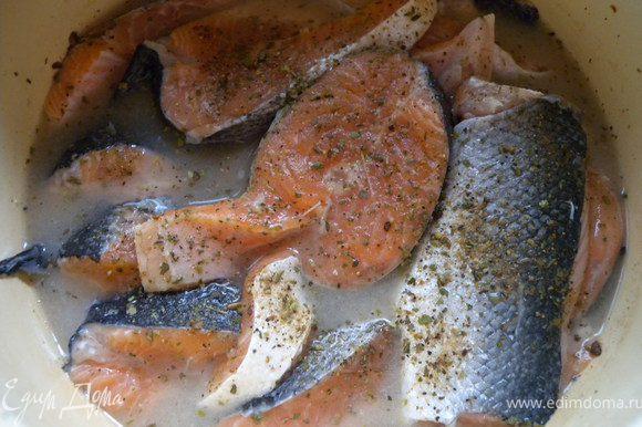 1. Порезать рыбу на стейки. Засыпать травками-приправками. соль и залить все вином. Оставить на время (на день лучше всего).