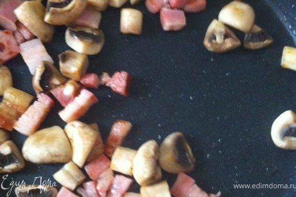 На сковородке распускаем бекон, в образовавшемся жиру обжариваем шампиньоны.