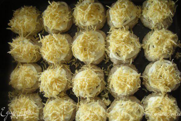 Затем на грибочки выкладываем немножко майонеза и посыпаем сыром.