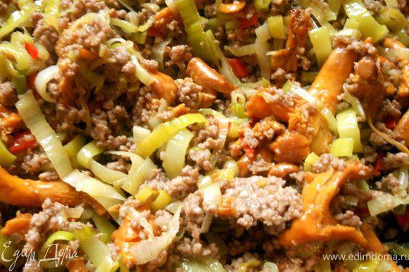 Вернуть лисички. Присолить, поперчить по вкусу, добавить немного свежего тимьяна и большую часть петрушки.
