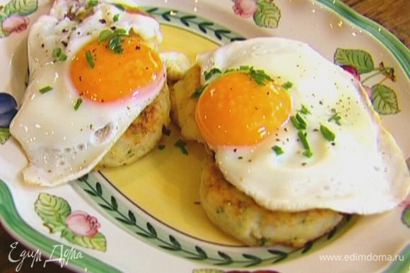 Выложить на тарелку биточки, сверху яйца, посыпать оставшимся шнитт-луком.